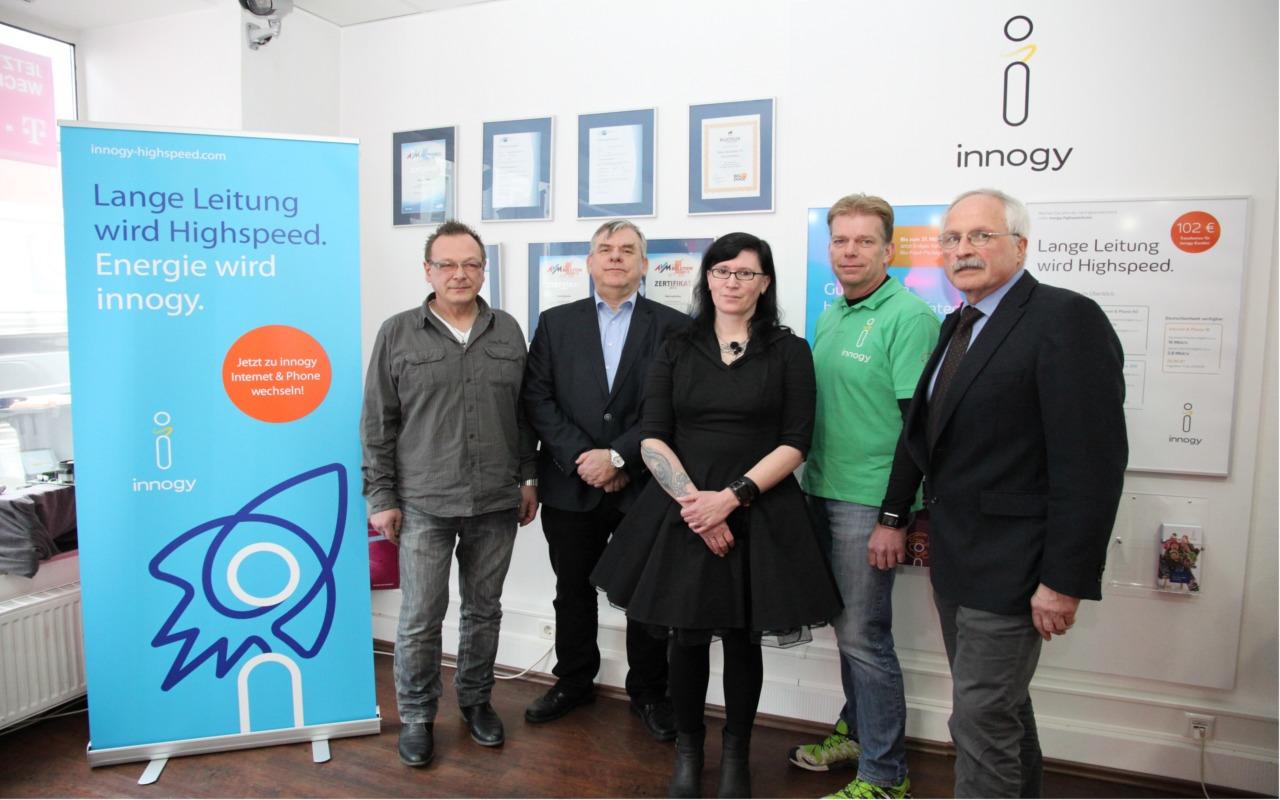Mit Highspeed in Neuenrade angekommen: Hans Jacksties, Klaus Mußhoff (innogy), Angela Schwalm (Mitarbeiterin von Hans Jacksties), Frank Sunder (innogy) und Bürgermeister Antonius Wiesemann bei der Eröffnung von innogy vor Ort.